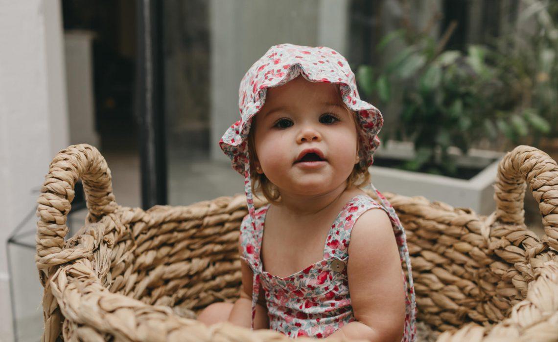 Ranita bebé y gorro volante, estampado liberty fresa