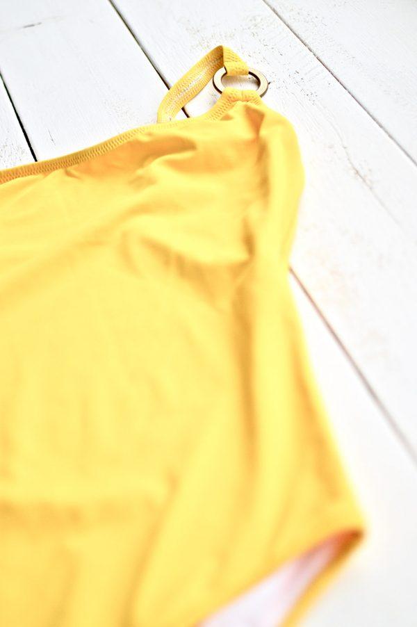 Modelo tirante Inés, lycra amarillo